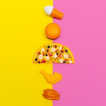 컬러 배경에 장난감 정크 푸드입니다. 패스트 푸드 플랫 레이 최소한의 예술