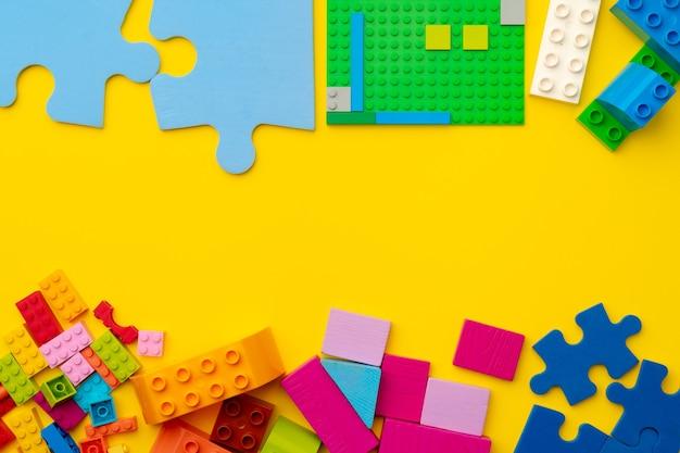 노란색 표면 평면도에 장난감 아이 생성자