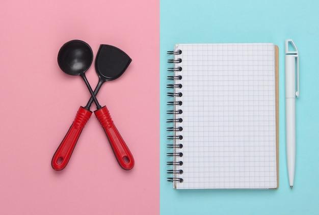 ピンクブルーのおもちゃのキッチンツールとレシピノート。