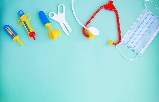 青い背景のおもちゃの医療機器。キッズ医療機器。子供の医者の概念。