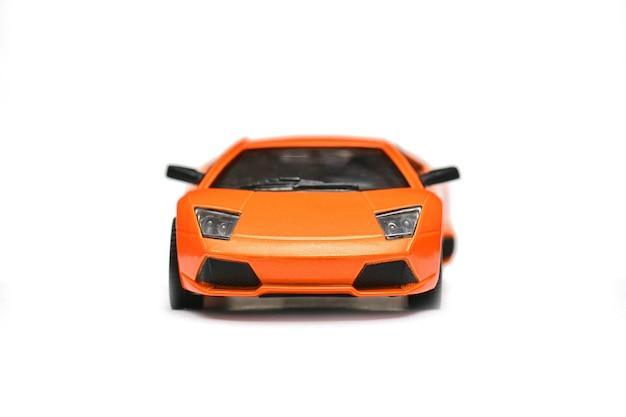 Игрушечная модель автомобиля на белом фоне