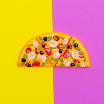 컬러 배경에 장난감 피자입니다. 패스트 푸드 플랫 레이 아트