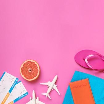 이국적인 목적지를위한 장난감 비행기 여권 및 티켓