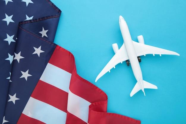 青い表面にアメリカ国旗のおもちゃの飛行機