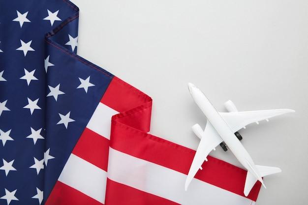 灰色の表面にアメリカ国旗のおもちゃの飛行機