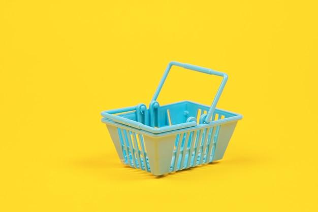 黄色のおもちゃのプラスチックの買い物かご