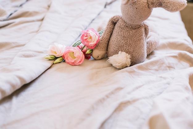 Coniglio giocattolo e fiori