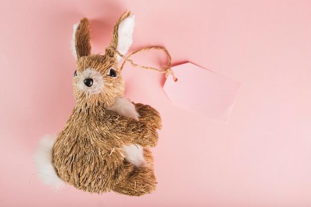 Игрушечный кролик с тегом