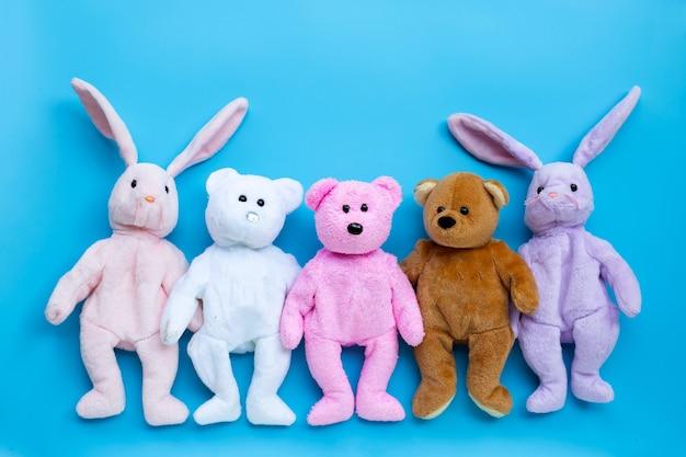青い表面のおもちゃのウサギとクマ