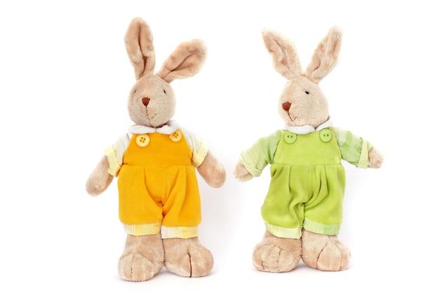 白い表面のおもちゃのウサギ