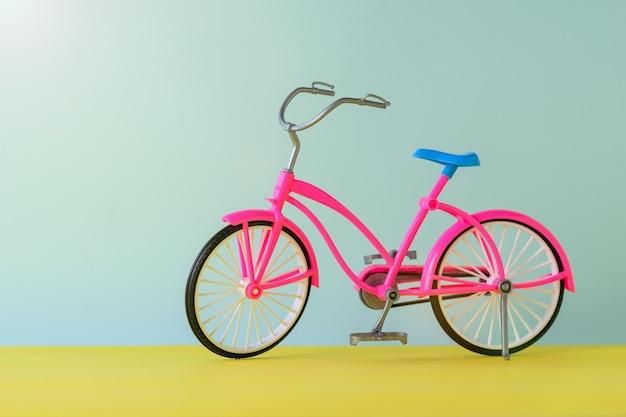 おもちゃの赤い自転車。旅行用自転車