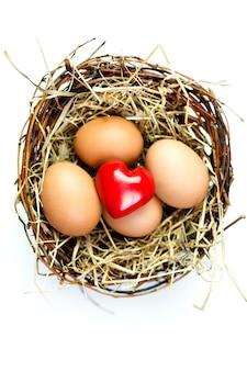 부활절 달걀 바구니에 장난감 레드 심장 거짓말
