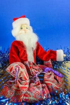 おもちゃのサンタクロースは子供たちにプレゼントをあげに行きます。