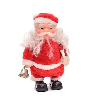Игрушечный санта с бородой в красном костюме с колокольчиком в руке, изолировать на белом фоне