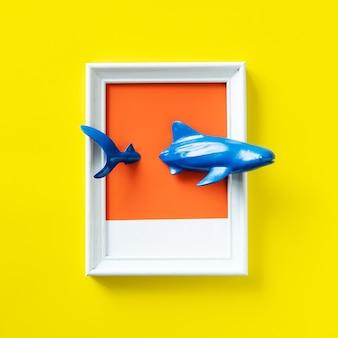 프레임에서 수영 장난감 상어