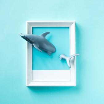 おもちゃのサメがフレームで泳いで