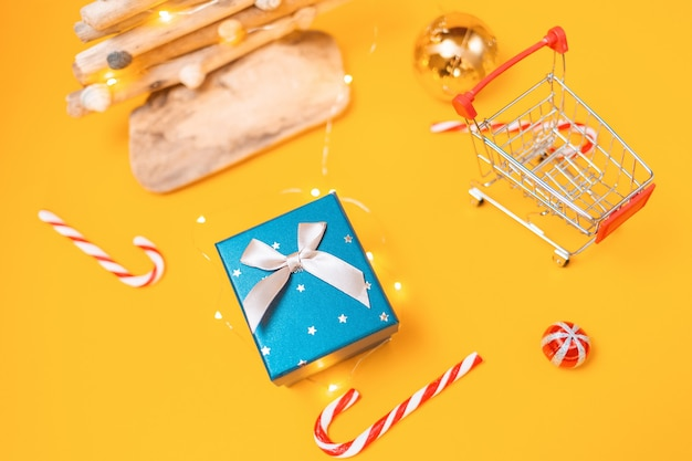 장난감 쇼핑 카트, 선물 상자 및 공예 나무 크리스마스 트리.