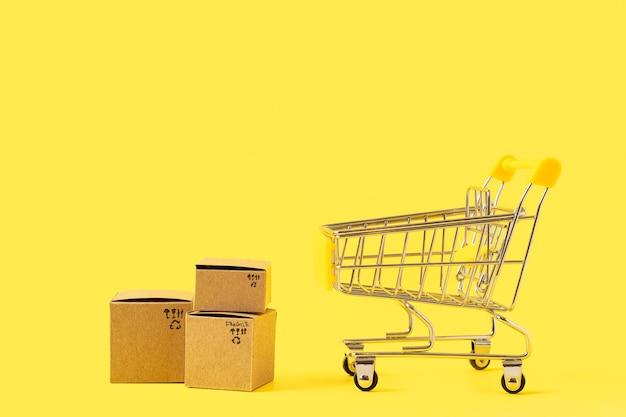 ボックスとコピースペース、ショッピングコンセプトのおもちゃのショッピングカート。
