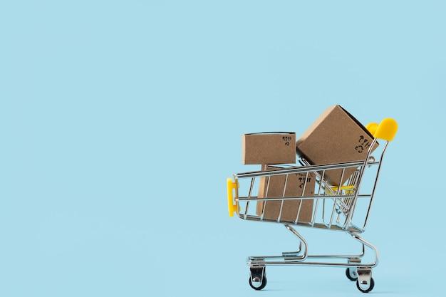ボックス付きおもちゃのショッピングカート。配信のコンセプト。消費社会動向