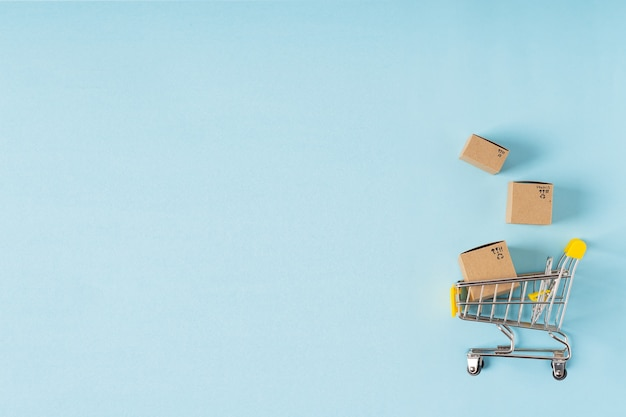 Игрушечная корзина с коробками на синем фоне