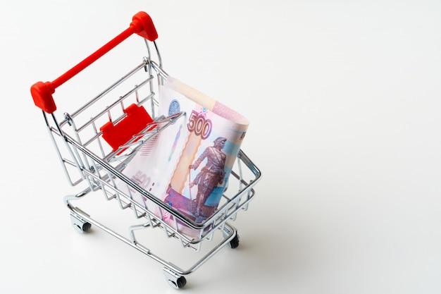 Корзина для игрушек с русскими рублями. концепция прожиточного минимума и покупательной способности