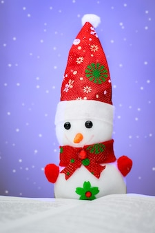 Игрушечный снеговик во время снегопада