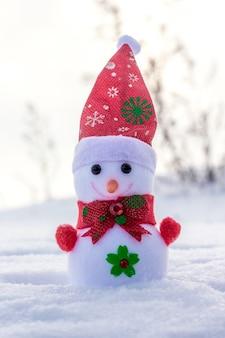 Игрушечный снеговик на открытом воздухе в снегу. холодный зимний день_