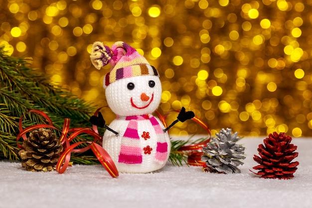 Игрушечный снеговик с боке крупным планом