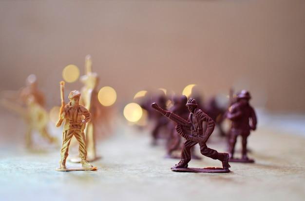 Игрушечные солдаты идут в бой