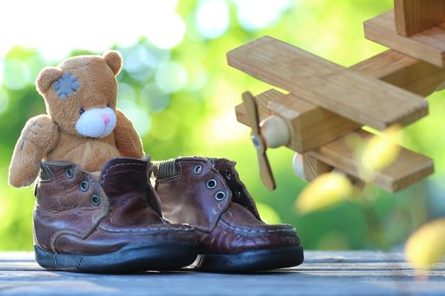 おもちゃのテディベアテーブル屋外