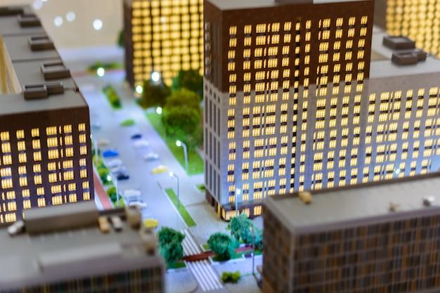 Игрушечный городок. эффект размытия с наклоном и сдвигом. городской пейзаж жилого комплекса современные небоскребы с высоты птичьего полета.