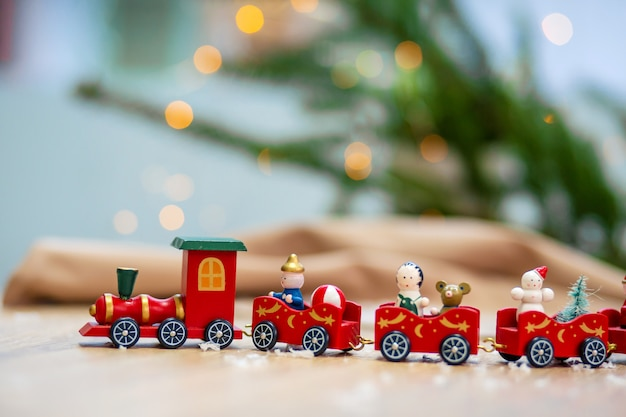 Игрушечный поезд и рождественские украшения.