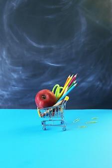 教育委員会のコンセプトの背景に文房具とリンゴとおもちゃのトロリー