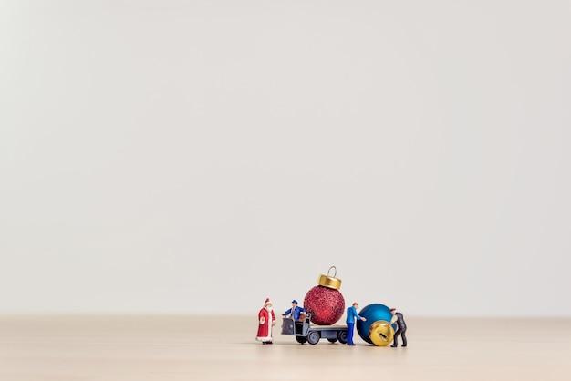 Игрушечный грузовик с рождественскими декоративными шарами. рождественские концепции с копией пространства.