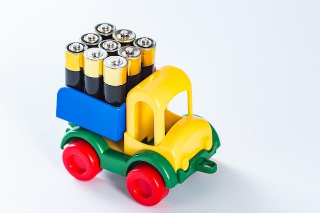 Aa 배터리로 가득 찬 장난감 트럭. 에너지 필요 개념. 전기 트럭.