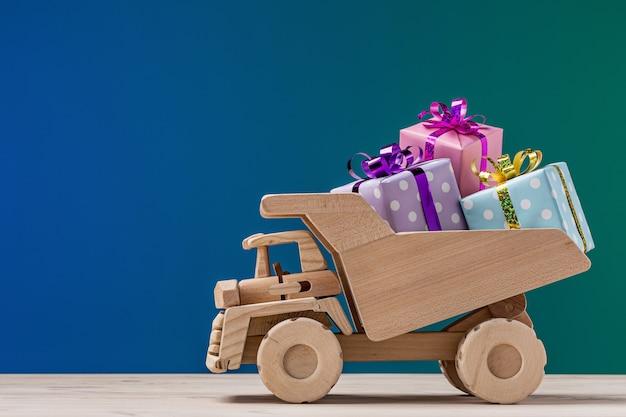 선물 상자와 장난감 트럭입니다. 공간, 스튜디오 촬영을 복사합니다.
