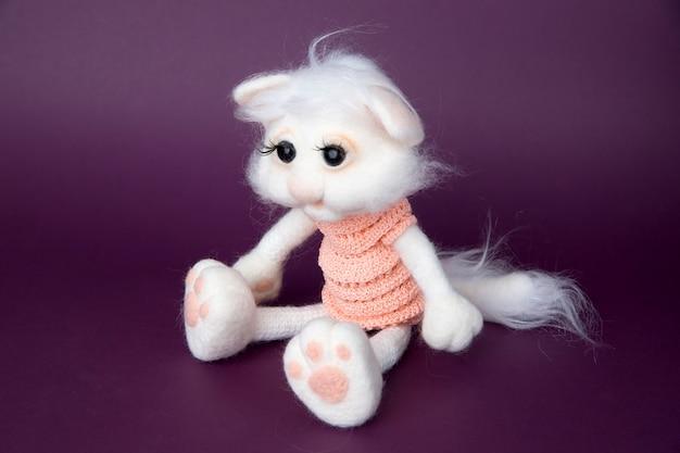 おもちゃの白い猫。手作りフェルト