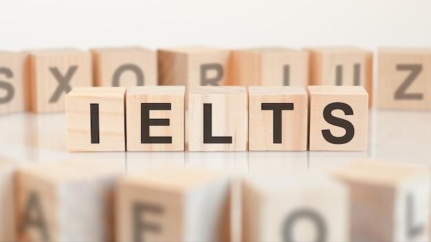 테이블에 ielts 문자로 장난감 나무 블록. ielts-international english language testing system의 약자.