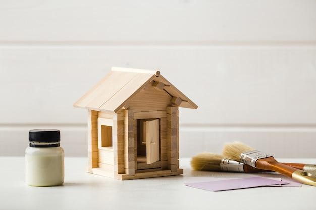 화이트에 장난감 나무 집 페인트 개념