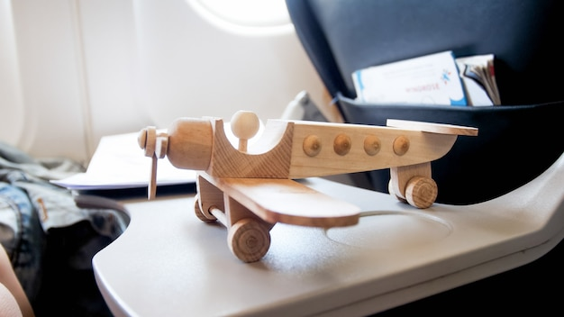 現代のジェット機の飛行機のテーブルの上のおもちゃの木の飛行機の図。