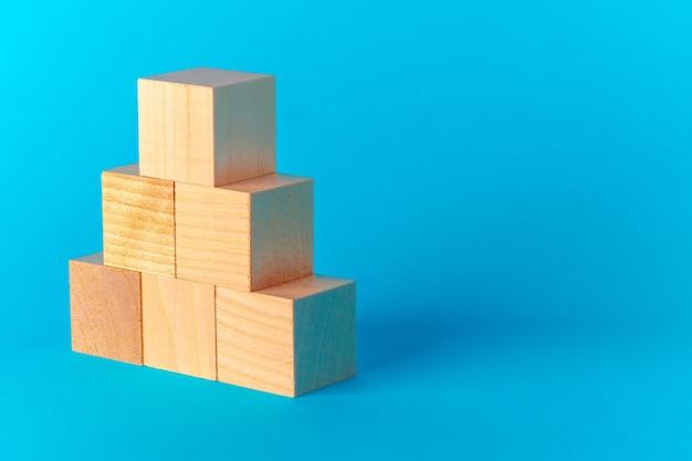 파란색 배경 전면보기, 복사 공간에 장난감 나무 블록