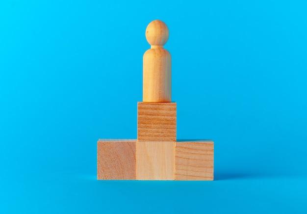青い背景の正面図のおもちゃの木製ブロック