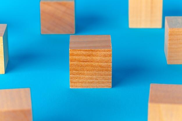 파란색 배경에 장난감 나무 블록