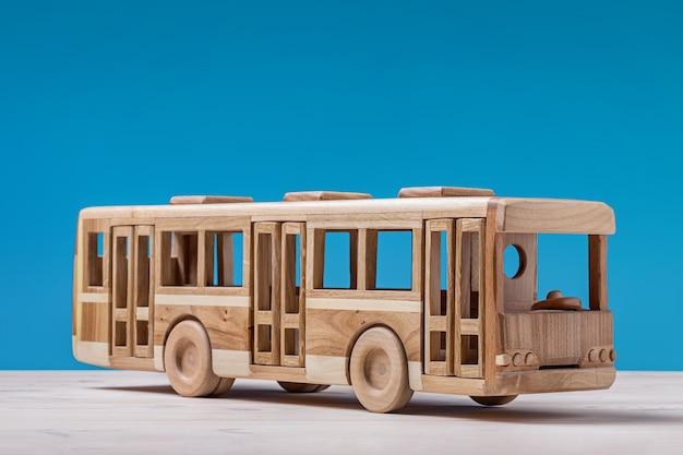 파랑에 장난감 나무 버스
