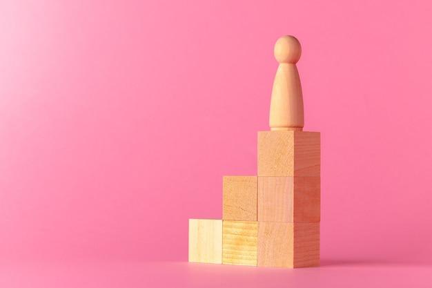 분홍색 배경 복사 공간 장난감 나무 큐브를 닫습니다.