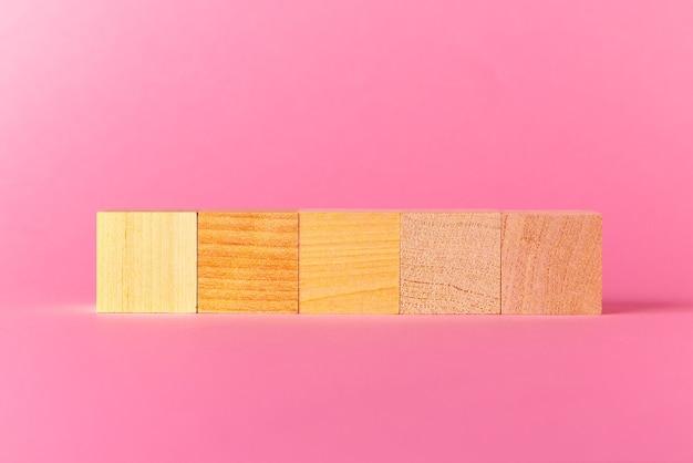 핑크에 대 한 복사 공간 장난감 나무 큐브