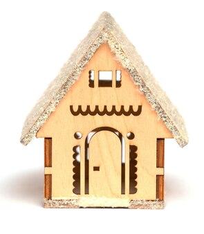 Игрушечный деревянный дом на белом изолированном фоне как украшение рождества и нового года