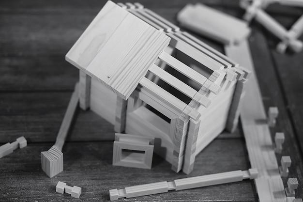 장난감 목조 주택입니다. 생성자는 어린이용 천연 나무로 만들어졌습니다. 생성자의 작은 블록의 나무 장난감 집.