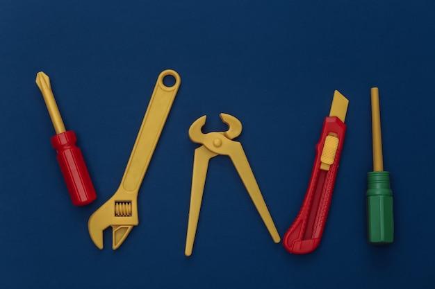 古典的な青い背景のおもちゃの作業ツール。カラー2020