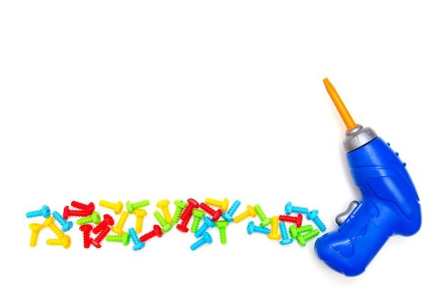 Фон игрушки. вид сверху игрушечных инструментов. отвертка на белом фоне. изолировать.
